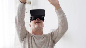 Alter Mann im Kopfhörer der virtuellen Realität oder 3d in den Gläsern 3 stock video