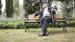 Alter Mann im Park lizenzfreies stockfoto