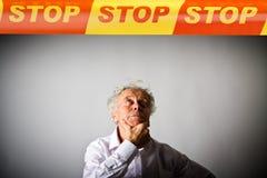 Alter Mann im Weiß und IN DER ENDlinie Lizenzfreie Stockfotos