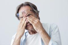 Alter Mann mit Augenermüdung Stockfotos