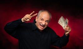 Alter Mann mit Dollarscheinen stockfotografie