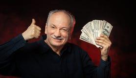 Alter Mann mit Dollarscheinen lizenzfreie stockbilder