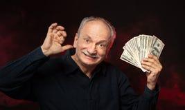 Alter Mann mit Dollarscheinen lizenzfreie stockfotos
