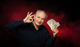 Alter Mann mit Dollarscheinen lizenzfreies stockbild