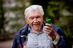Alter Mann mit Handy lizenzfreie stockfotografie