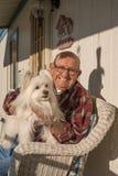 Alter Mann mit Hund lizenzfreie stockbilder