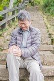 Alter Mann mit Knieproblem Stockbilder