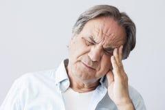 Alter Mann mit Kopfschmerzen stockfoto