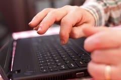 Alter Mann mit Laptop Lizenzfreies Stockfoto