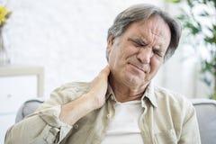 Alter Mann mit Nackenschmerzen stockfotos