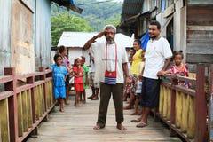 Alter Mann mit Papuanflagge Stockfotos