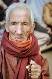 Alter Mann mit Rosenbeet in Bihar Stockfotografie