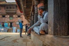 Alter Mann mit traditionellem nepalesischem Hut stockfoto