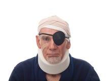 Alter Mann mit verletztem Kopf und Stutzen Stockfotos