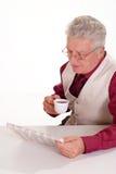 Alter Mann mit Zeitung Stockfotos