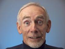 Alter Mann mustert weit geöffnetes in der Überraschung Stockfoto