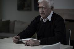 Alter Mann ohne Appetit Stockbild