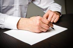 Alter Mann schreibt Lizenzfreies Stockfoto