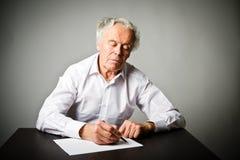 Alter Mann schreibt Lizenzfreie Stockfotos