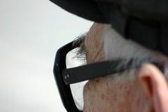 Alter Mann und Gläser stockfotografie