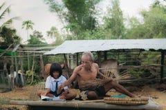 Alter Mann und Mädchen in der Landschaft Lizenzfreies Stockbild