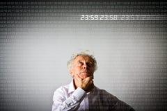 Alter Mann und Zeit Digital-Zeit vergeht Wenige Sekunden vor TW Lizenzfreies Stockbild