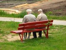 Alter Mann zwei, der auf der Bank sitzt Lizenzfreie Stockfotos
