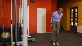 Alter Manntau, der in der Turnhalle überspringt stock video footage