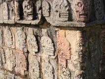 Alter Maya-Schädel-Zahnstangen-Tempel in Chichen Itza Stockfotos