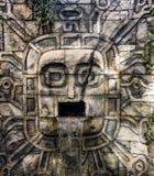 Alter Mayawasserfall geschnitzt Stockfoto