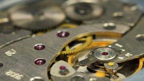 Alter mechanischer Uhr-Mechanismus-Abschluss oben stock footage