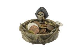 Alter Messingkompaß, der voll auf einer sehr alten Karte mit Schatzkasten der goldenen Münzen, des Schädels und des Messers liegt Stockbilder