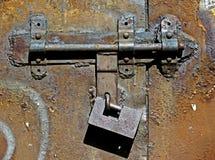 Alter Metallbolzen und -vorhängeschloß Lizenzfreies Stockbild