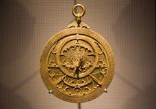Alter metallischer arabischer Astrolabeabschluß oben Stockfotografie
