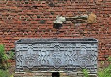 Alter Metallkasten vor verwitterter Backsteinmauer Stockfoto