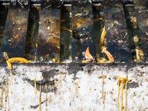 Alter Metallkerzenständer mit der Flamme Stockfotografie