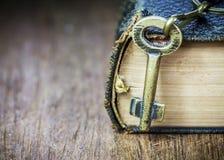 Alter Metallschlüssel auf der alten heiligen Bibel Lizenzfreie Stockfotografie