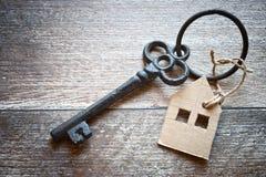 Alter Metallschlüssel mit Symbol eines Familienhauses Stockbild