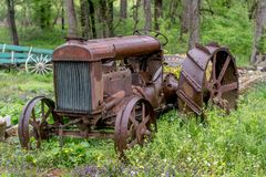 Alter Metalltraktor, geparkt und auf einem Gebiet vergessen lizenzfreie stockfotografie