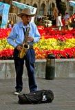 Alter mexikanischer Musiker, der Saxophon spielt Stockfotos