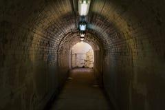 Alter mit Ziegeln gedeckter Tunnel, Untertagewanderweg stockfoto