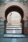 Alter mittelalterlicher arabischer orientalischer Artbogen-Toreingang zum alten Stockbilder