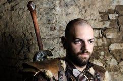 Alter mittelalterlicher Krieger, der sich vorbereitet zu kämpfen Lizenzfreie Stockbilder