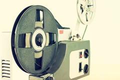 Alter 8mm Film-Projektor über Holztisch und strukturiertem Hintergrund Lizenzfreies Stockfoto