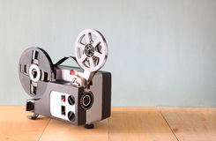 Alter 8mm Film-Projektor über Holztisch und strukturiertem Hintergrund Stockfotografie