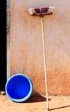 Alter Mopp gegen eine Wand Stockfoto