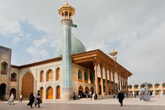 Alter Moschee Schah Cheragh mit Minarett und Gebete herum gehend, Shiraz-Stadt, der Iran Stockfotos