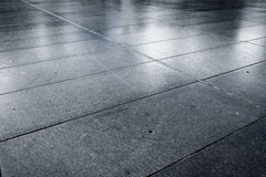 Alter nasser Stein gepflasterte Alleenstraßenstraße Lizenzfreies Stockfoto
