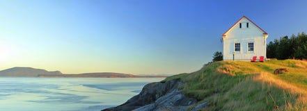 Alter Nebel-warnende Station am Ostpunkt, wenn Licht, Saturna-Insel, Britisch-Columbia geglättet wird stockfotos
