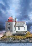 Alter norwegischer Leuchtturm auf Felseninsel stockbild